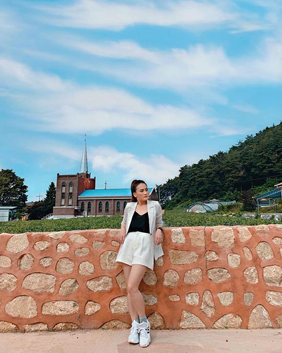 Bảo Thanh chọn quần váy đồng điệu cùng long vest để phối cùng áo thun và giầy thể thao.
