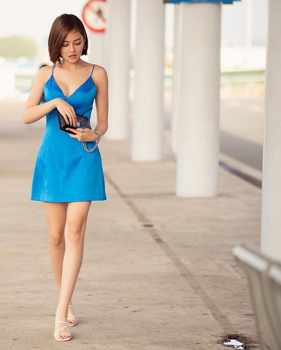Thuỳ Anh chọn váy hai dây tông xanh bắt mắt để tôn nét mảnh mai của hình thể. Túi nhỏ xinh của Dior và sandal hợp mốt được nữ diễn viên dùng làm điểm nhấn.
