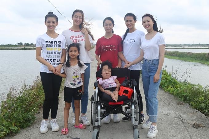 Thuỳ Linh (thứ hai từ trái sang) thực hiện dự án Nhân ái mang tên Hoa bất tử.
