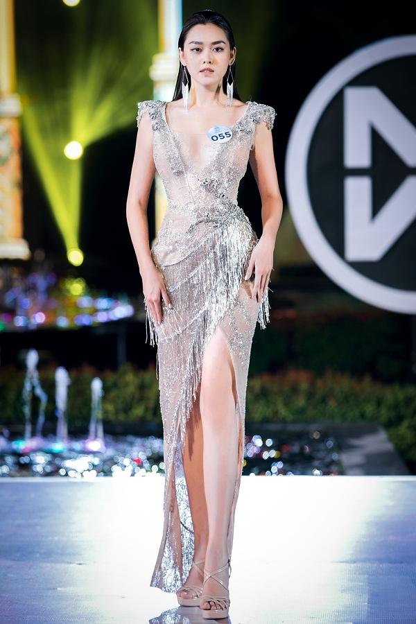 Cô diện váy dạ hội của nhà thiết kế Anh Thư ở phần thi Người đẹp Thời trang.