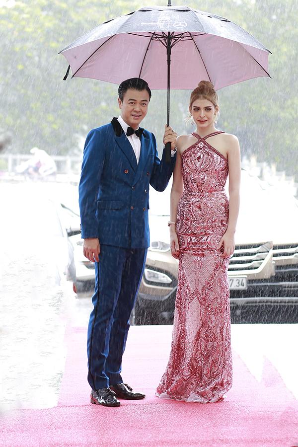 Gần như ướt hết quần áo vì dính nước mưa nhưng Tuấn Tú và An Tây vẫn giữ được vẻ rạng rỡ trước ống kính truyền thông.