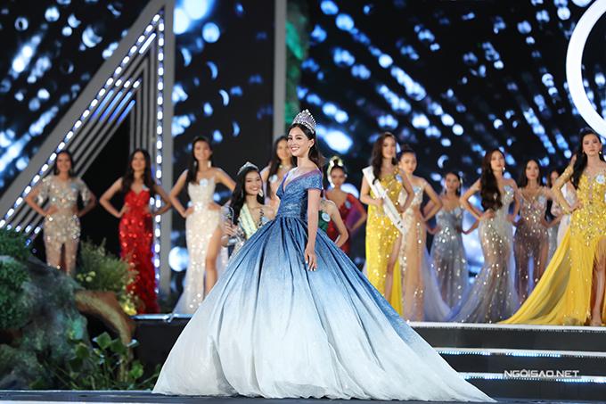 Cô gái sinh năm 2000 Trần Tiểu Vy trông như một nàng công chúa khi đội vương miện và mặc váy xoè hãnh diện sải bước. Sau một năm lên ngôi Hoa hậu Việt Nam, Tiểu Vy ngày càng hoàn thiện về nhan sắc và phong cách.