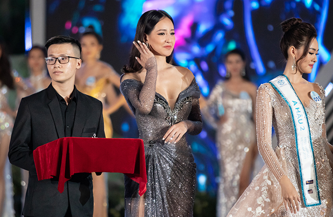 Trong số các người đẹp đảm nhận vai trò trao giải, Hoa hậu Việt Nam 2006 gây ấn tượng hơn cả bởi phong thái tự tin, chiều cao nổi trội và vẻ gợi cảm khi diện váy trễ ngực. Cô cũng chính là một trong những ban giám khảo của cuộc thi.