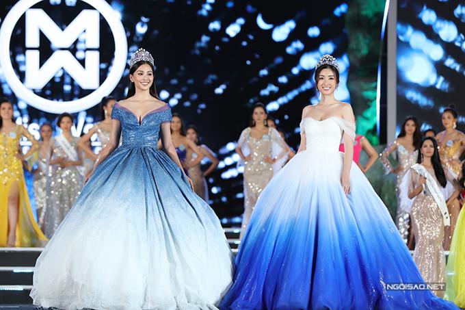 Ngay trước khi vương miện Hoa hậu Thế giới 2019 được trao cho tân hoa hậu, hai người đẹp Đỗ Mỹ Linh và Trần Tiểu Vy gây bất ngờ khi mặc váy công chúa lộng lẫy ton sur ton sải bước trên sân khấu. Đây là một trong những khoảnh khắc đẹp nhất tại đêm chung kết diễn ra ở Đà Nẵng tối 3/8. Hoa hậu Việt Nam 2016 Đỗ Mỹ Linh và Hoa hậu Việt Nam 2018 Trần Tiểu Vy là hai đại sứ hình ảnh của cuộc thi năm nay. Cả hai đều có thành tích tốt khi đại diện Việt Nam tham dự Hoa hậu Thế giới.