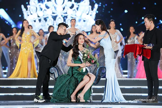 Lương Thuỳ Linh được trao vương miện Hoa hậu Thế giới Việt Nam 2019 từ trưởng ban tổ chức cuộc thi - bà Phạm Kim Dung cũng là khoảnh khắc đẹp trong đêm chung kết. Ngoài ghế đăng quang, quyền trượng và vương miện, cô sẽđại diện Việt Nam thi Miss World 2019 tại Anh vào tháng 12.