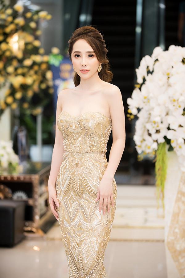 Song song với bộ phim đang quay ở TP HCM, Quỳnh Nga còn vừa nhận một vai trong bộ phim truyền hình vừa bấm máy do VFC sản xuất. Cô sẽ đóng cặp cùng Chí Nhân và Việt Anh.