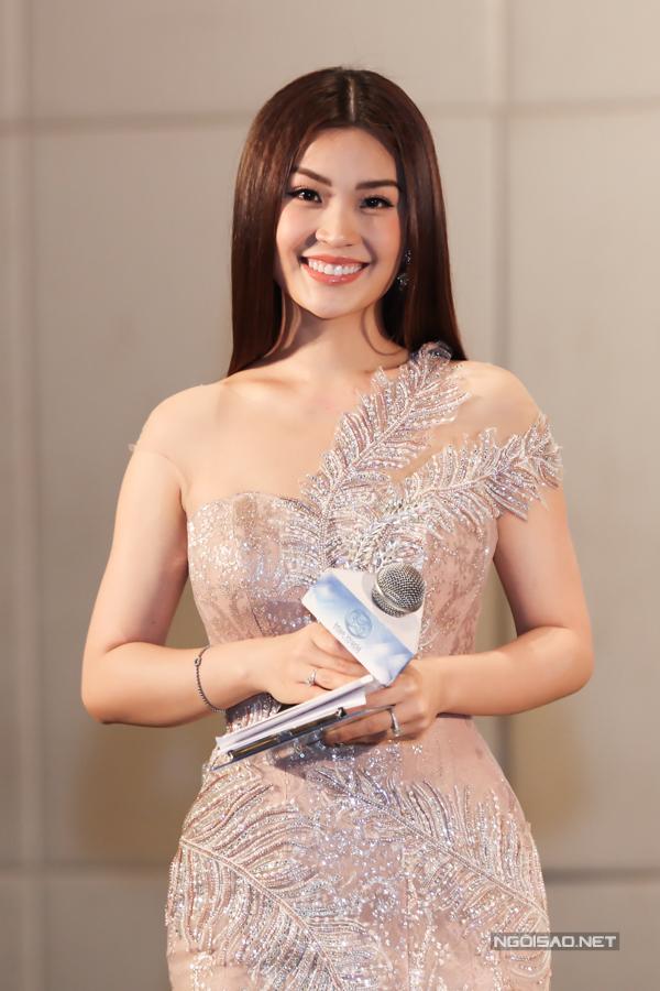 Á hậu Diễm Trang dẫn dắt họp báo.