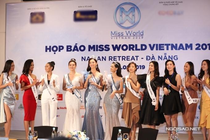 Các người đẹp đoạt giải phụ cũng có mặt chúc mừng top 3.