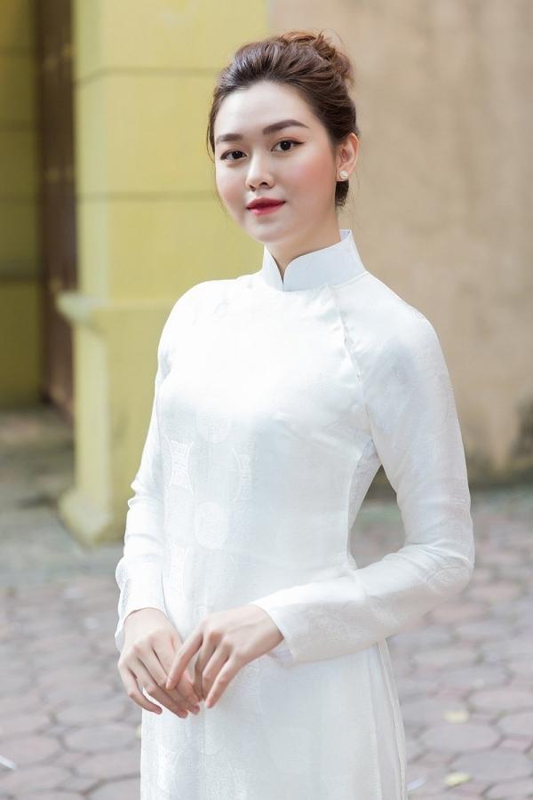 Nguyễn Tường San sinh năm 2000, đến từ Hà Nội và chọn áo dài trắng khi đi thi vòng sơ khảo phía Bắc. Cô được biết đến là cựu hotgirl THPT Phan Đình Phùng và hiện theo học trường RMIT (TP HCM).