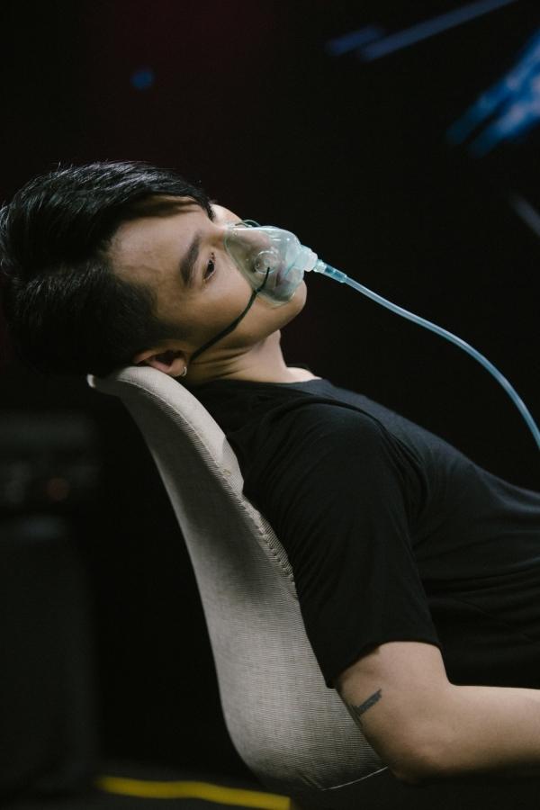 Nam ca sĩ dường như kiệt sức sau khi biểu diễn liên tục 8 tiết mục.