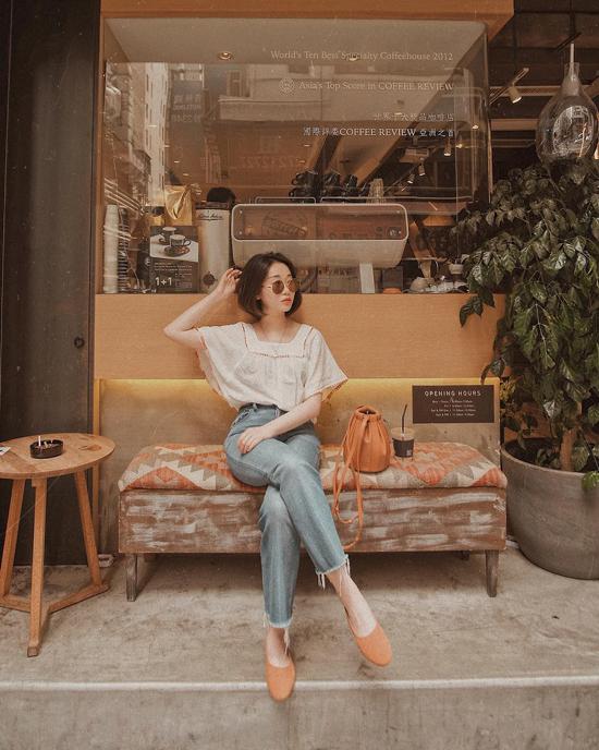 Cũng như các mẫu cao gót thịnh hành, giày búp bê rất dễ phối đồ. Những kiểu áo quần từ nhiều dòng thời trang từ cổ điển đến hiện đại đều có thể mặc cùng giày búp bê.