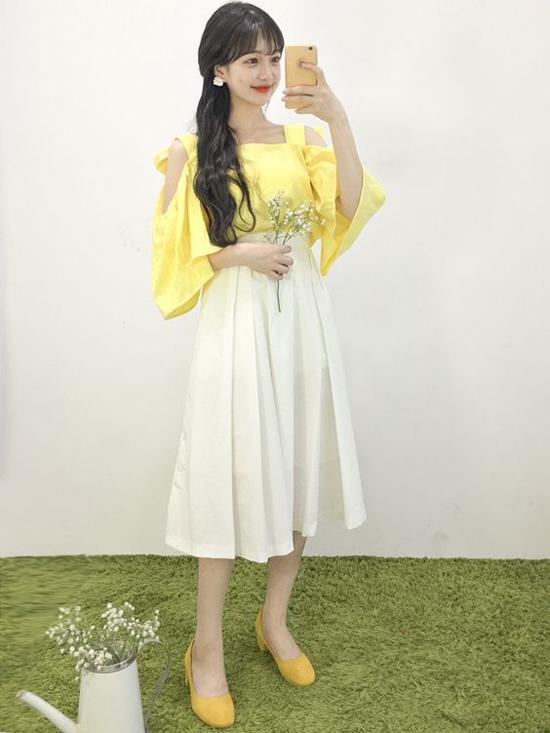 Tông vàng mỡ gà khi kết hợp với sắc trắng nhẹ nhàng vừa tạo sự nổi bật vừa mang lại nét trang nhã cho nàng công sở.