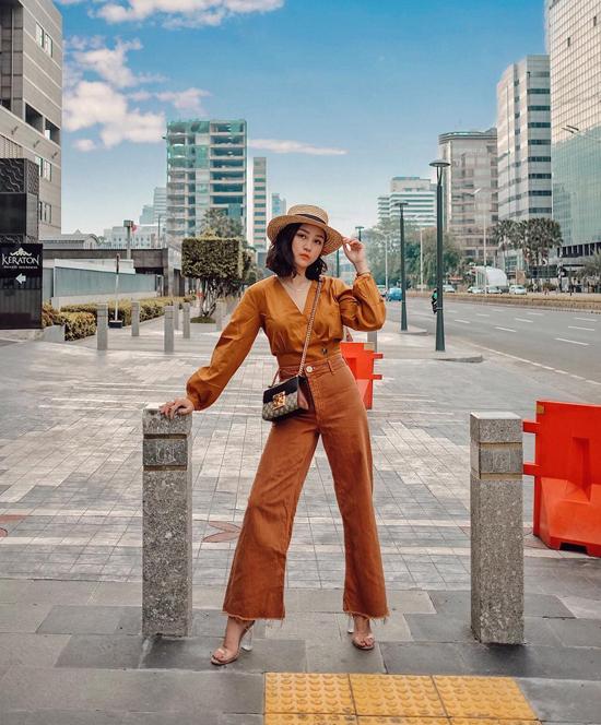 Tông màu thịnh hành đầu tháng 8 được các nhà mốt thể hiện bắt mắt trên các kiểu áo blouse, váy vintage, áo sát nách, quần suông ống rộng phù hợp với nàng công sở hiện đại.