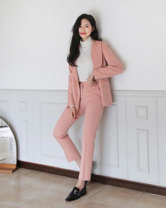Các mẫu giày loafer đế thấp, dáng mảnh sẽ khiến người mặc trang phục vest, suit trở nên thanh lịch hơn.