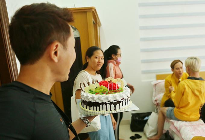 Ngoài Lilly Luta, các cộng sự trong êkíp hỗ trợ Nguyên Vũ quay MV cũng gây bất ngờ khi tổ chức chúc mừng tuổi mới của nam ca sĩtrên phim trường.
