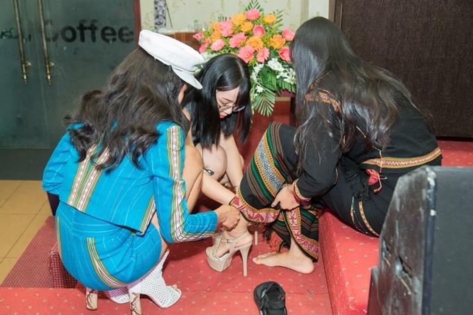 HHen tặng giày cho thí sinh dân tộc Êđê - 1