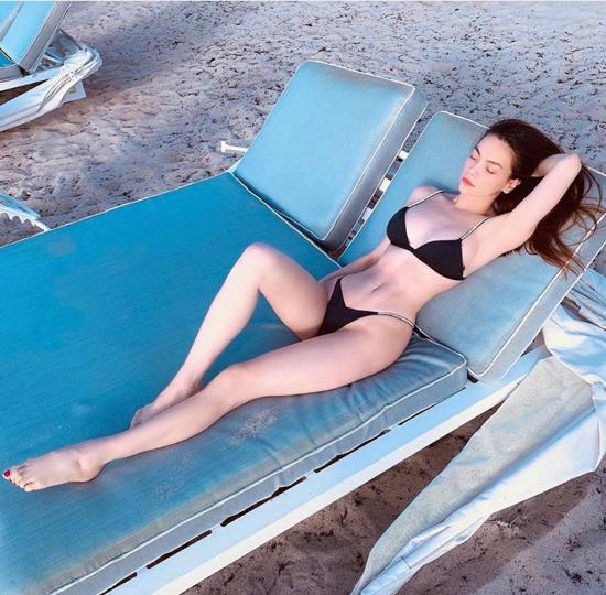 Khi đến những miền biển đẹp ở nước ngoài, Hồ Ngọc Hà không quên thả dáng trong các mẫu bikini hai mảnh sexy.