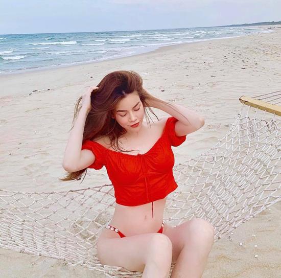 Áo crop-top đỏ tươi được phối cùng bikini tiệp màu để nữ ca sĩ thực sự thoải mái khi tận hưởng không khí thoáng đãng của biển cả.