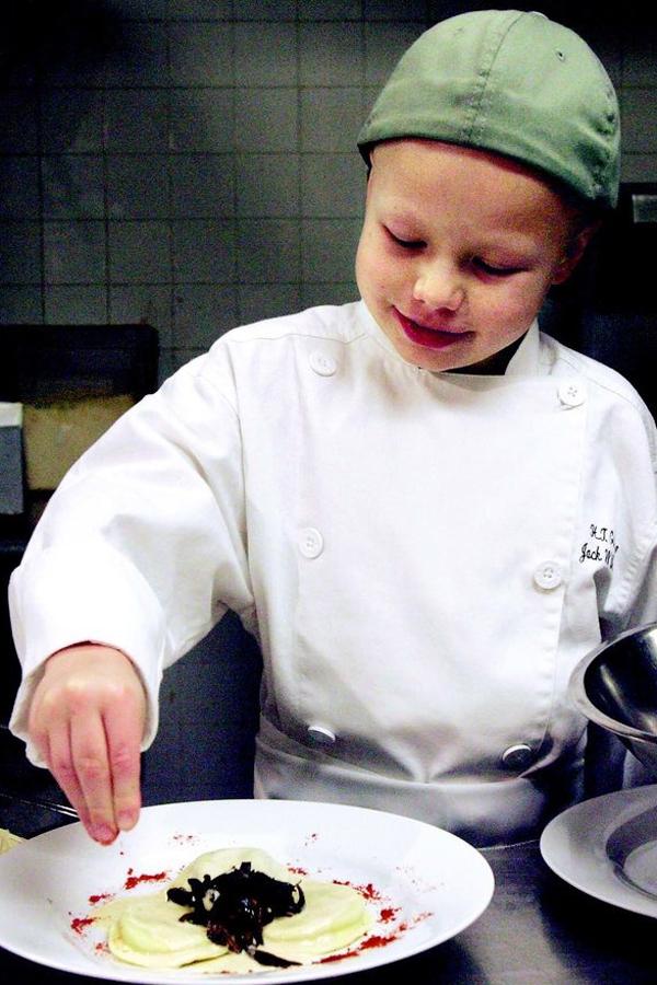 Jack Witherspoon trổ tài nấu ăn khi còn bé. Ảnh: BI.