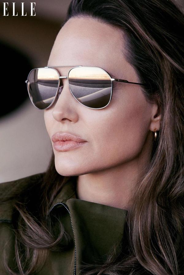 Trong cuộc phỏng vấn với Elle, Jolie mong thế giới sẽ có thật nhiều phụ nữ mạnh mẽ và cô gọi đó với thuật ngữ phụ nữ dữ dội.  Đó là những phụ nữ từ chối tuân theo các quy tắc, không bao giờ từ bỏ  tiếng nói và quyền lợi của mình dù có hiểm nguy đến tính mạng, bị cầm tù  hay gia đình, cộng đồng phản đối. Thế giới cần nhiều phụ nữ dữ dội hơn  nữa, Jolie tâm sự. Nhưng cũng có sự thật rằng phụ nữ không thức dậy  mỗi sáng để chiến đấu. Chúng tôi đều được muốn được yêu thương, chăm  chút. Chúng tôi không có những sức mạnh kỳ diệu. Điều chúng tôi muốn là  có thể được nhận sự ủng hộ của mọi người, được cộng tác cùng những người  đàn ông tuyệt vời, luôn tôn trọng phụ nữ và quyền bình đẳng giới.
