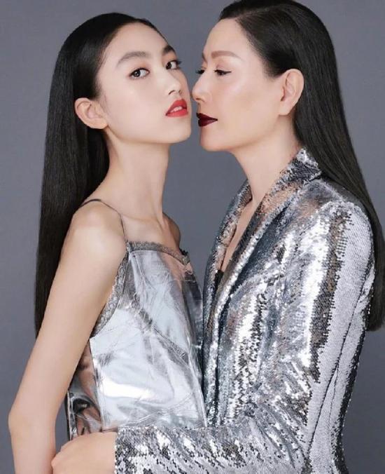 Trong một số bức hình, hai mẹ con đồng hành cùng nhau. Thần thái người mẫu chuyên nghiệp nhiều nămgiúp người mẫu Kỳ Kỳ tỏa sáng bên con.