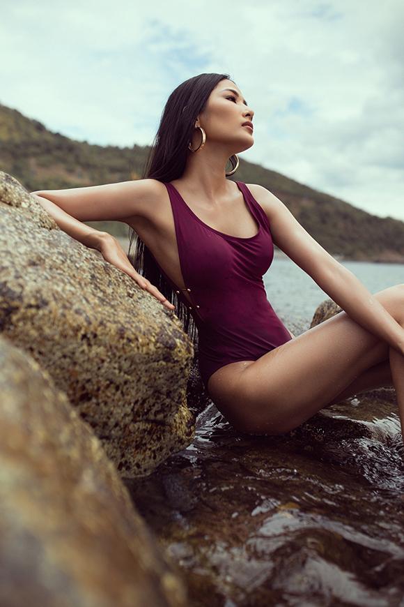 Sau khi được lựa chọn là người đại diện Việt Nam tham gia Hoa hậu hoàn vũ thế giới, Hoàng Thùy tích cực chuẩn bị cho ngày lên đường dự thi. Cô trau dồi ngoại ngữ, kỹ năng biểu diễn và đặc biệt dành nhiều thời gian chăm sóc hình thể.