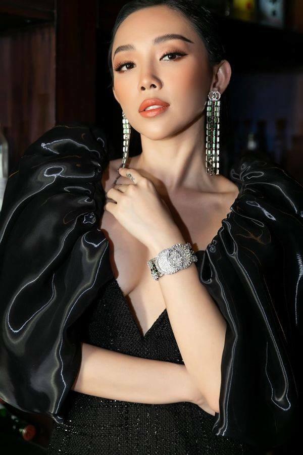 Nữ ca sĩ phối phụ kiện gồm hoa tai và vòng tay của Gucci, giá trị 2600USD, tương đương 60 triệu đồng.