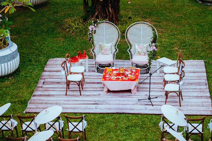 Nghi lễ cưới của người Ấn Độ có chủ hôn, có sự tham gia, chúc phúc của phụ huynh đôi bên nên ngoài ghế dành cho cặp nhân vật chính,ekip bày thêm ghế ở sân khấu chính.