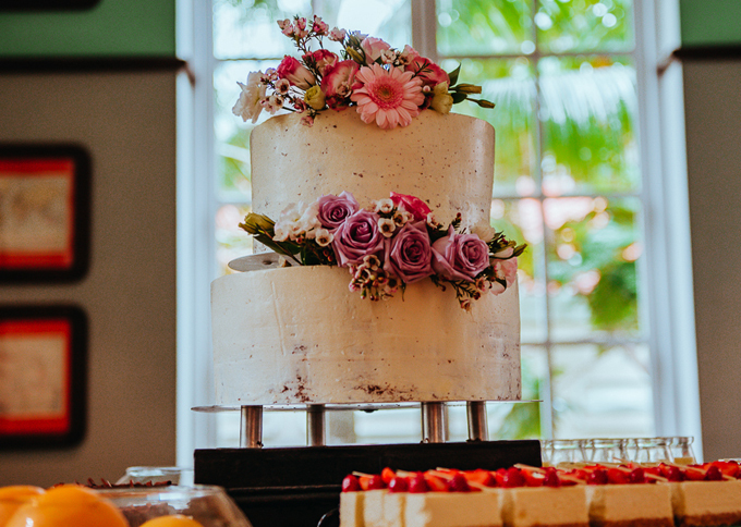 Trong bữa trưa, uyên ương mời khách thưởng thức thêm bánh cưới. Mẫu bánh nake-cake (bánh có vỏ ít kem) được tô điểm với hoa hồng tươi, lan tường... Sau một buổi sáng bận rộn,uyên ương tiếp tục mở tiệc tối đãi khách và tổ chức tiệc bãi biển vàongày hôm sau.