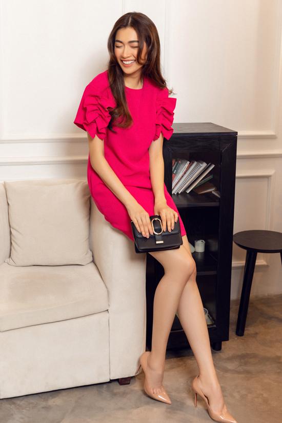 Váy hồng không kén dáng được bố trí thêm phần bèo nhún để tăng sức hút cho váy đi làm của phái đẹp.