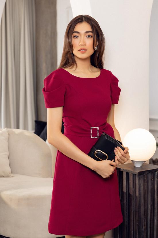 Không quá cầu kỳ về kiểu dáng nhưng từng mẫu váy luôn được chăm chút các chi tiết cầu vai, thắt eo một cách tinh tế.