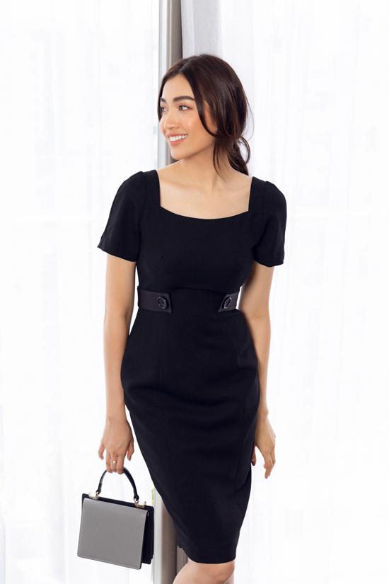 Trên các mẫu váy cocktail, nhà mốt thêm các chi tiết đai lưng, vải ren để tô điểm cho vòng eo thon gọn.