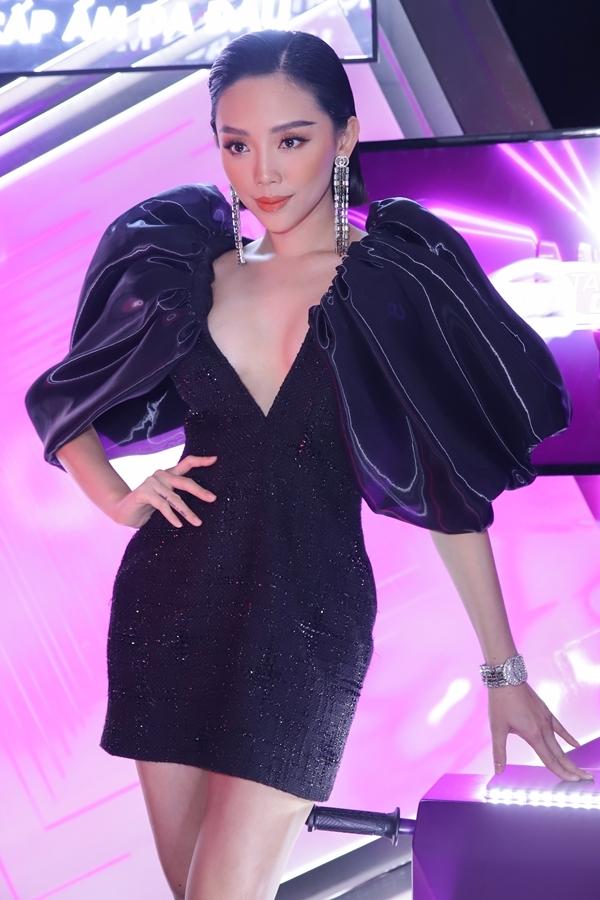 Thiết kế khoét sâu khoe trọn vẻ gợi cảm của Tóc Tiên, giúp cô trở thành tâm điểm chương trình. Đây là chiếc váy nằm trong bộ sưu tập Cuộc dạochơi của những vì saocủa nhà thiết kế Công Trí.