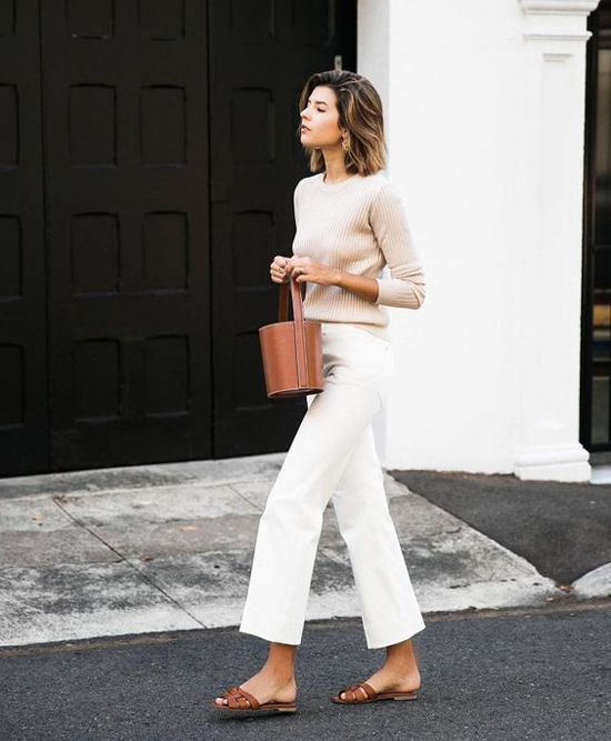 Áo len tăm tông màu trung tính phối cùng quần jeans trắng dáng ống lửng là công thức được nhiều chị em áp dụng.