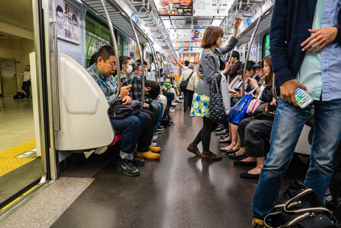 Khi đi tàu điện ngầm ở Nhật Bản, bạn cũng cần phải quan sát và tìm hiểu văn hóa nước bạn. Ảnh: Japan Times