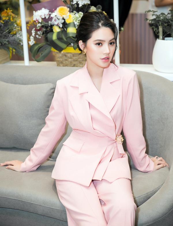 Hoa hậu Jolie Nguyễn chọn phong cách thanh lịch, kín đáo dự sự kiện này.
