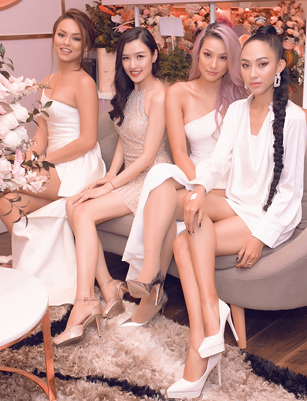 Từ trái qua: người mẫu Mai Ngô, Phương Chi, Lilly Nguyễn và Thu Hiền khoe chân dài.