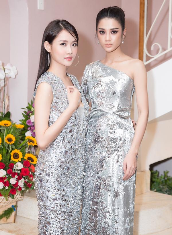 Trương Mỹ Nhân (trái) và Mỹ Duyên đồng điệu với thiết kế màu bạc.