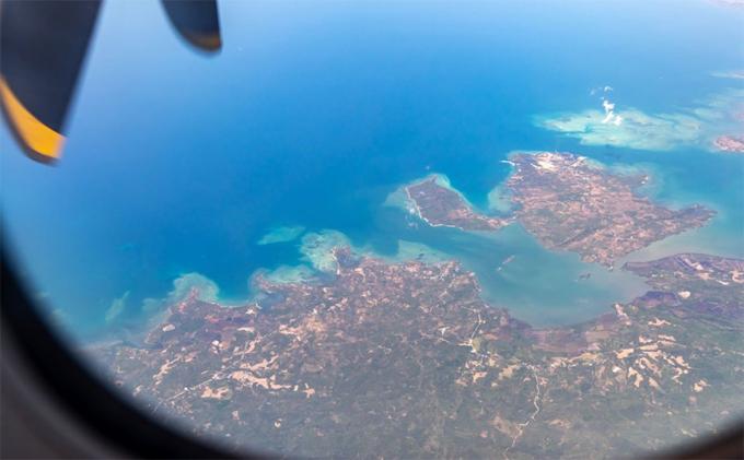 Vì đảo Siargao không có sân bay quốc tế nên du khách phải tới Manila trước khi thực hiện chuyến bay khoảng 2,5 giờ trên máy bay cánh quạt để tới đây. Đi lại khá vất vả nên cũng dễ hiểu tại sao đảo Siargao vẫn giữ được nét nguyên sơ.
