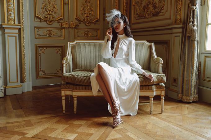 Váy Hebes giá 1,8 triệu đồng là lựa chọn cuối cùng của Lan Khuê cho bộ ảnh cưới. Bộ cánh có cổ trụ và điểm nhấn nằm ở phần xẻ từ cổ tới dưới ngực, làm toát lên vẻ gợi cảm nơi khuôn ngực đầy của Lan Khuê.