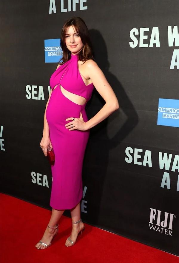 Anne Hathaway đang mang thai con thứ hai khoảng 5-6 tháng. Cô tự tin xỏ đôi giày gót nhọn sải bước trên thảm đỏ buổi công diễn mở màn hai vở kịch Sea Wall và A Life tại Broadway, New York.