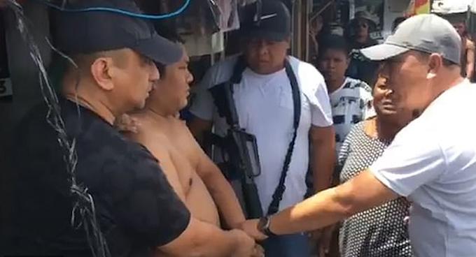 Ramon Mona Colada (cởi trần) bị bắt ở tỉnh Bicol sau khi tạt axit Glory. Ảnh: Viral Press.