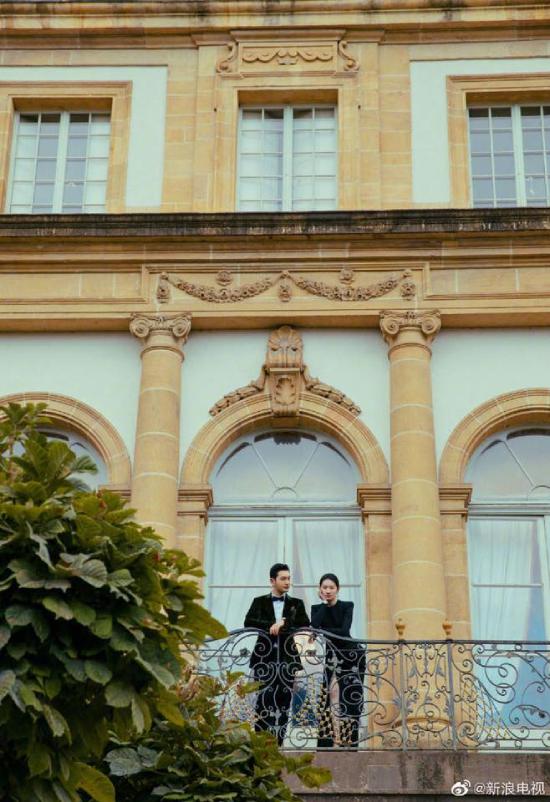 Hai ngôi sao chụp hình tại một tòa lâu đài cổ kính trên đất Thụy Sĩ.