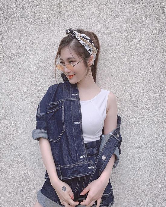 Ngoài tông xanh cổ điển quen thuộc và chứa đựng vẻ đẹp kinh điển của thời trang jeans, các nàng có thể tham khảo các mẫu chất liệu mới như tông màu trang phục của Hương Tràm.