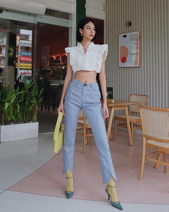 Phí Phương Anh khoe eo thon với mẫu áo crop-top trang trí bèo nhún điệu đà. Kiểu quần vải denim với biến tấu độc đáo khiến phong cách của cô trở nên cuốn hút hơn.