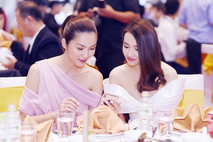 Diễn viên Tăng Thanh Hà cũng là khách mời danh dự của sự kiện. Cô chọn chiếc váy bất đối xứng của nhà thiết kế Đỗ Mạnh Cường cùng màu son ton-sur-ton.