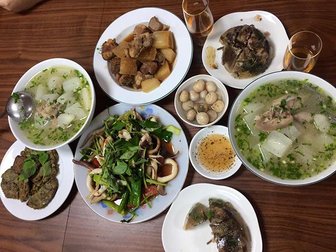 Gia đình người đẹp không sử dụng điện thoại trong bữa ăn để tránh mất tập trung. Mọi thành viên đều mời nhau trước khi ăn và sau khi buông đũa.
