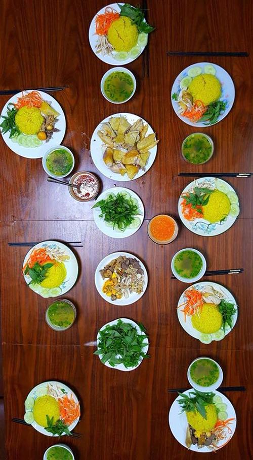 Món cơm gà kiểu Hội An do nữ ca sĩ thể hiện. Để món ăn thêm tròn vẹn, Kiwi áp dụng nhiều mẹo bếp núc.