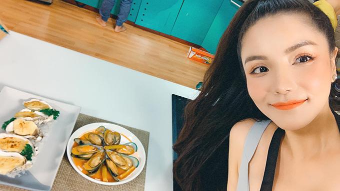 Ngoài vai trò ca sĩ, Kiwi Ngô Mai Trang còn được biết đến là đầu bếp cừ khôi khi giành giải Vua đầu bếp mùa 5 dành cho người nổi tiếng năm 2017. Trong cuộc sống đời thường, chị đảm nhận vai trò nội trợ chính trong nhà và thường nấu ít nhất 2 bữa sáng, tối/ngày cho cả gia đình khoảng 4 người lớn, 3 trẻ con.