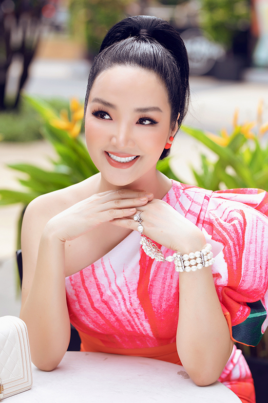 Phụ kiện vòng ngọc trai được mix-match một cách tinh tế để mang lại sự sang trọng cho người đẹp.